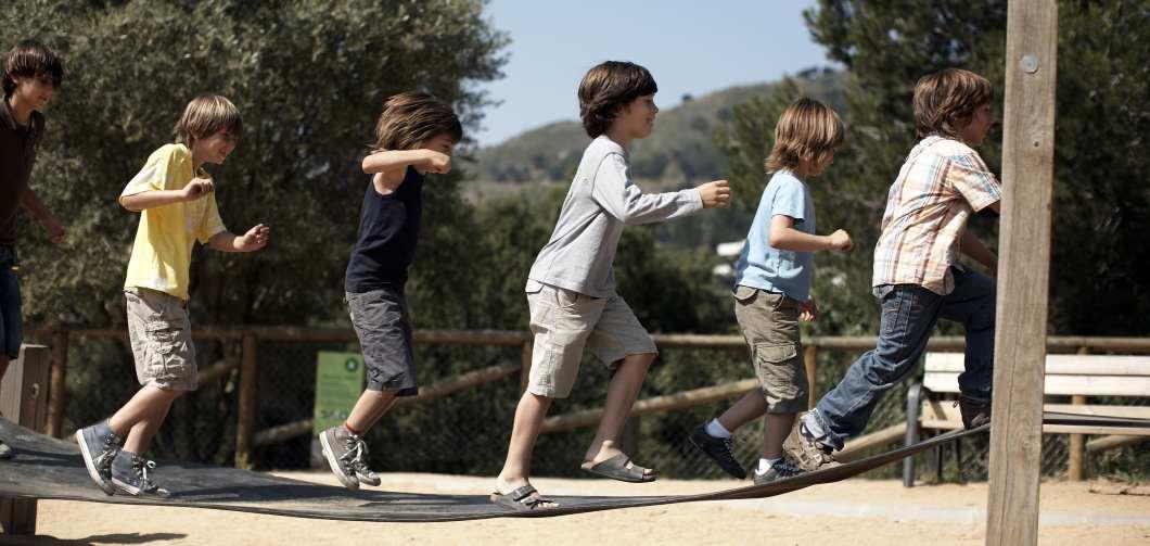 Kinder auf Hängebrücke