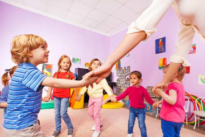 Kinder tanzen im Kreis