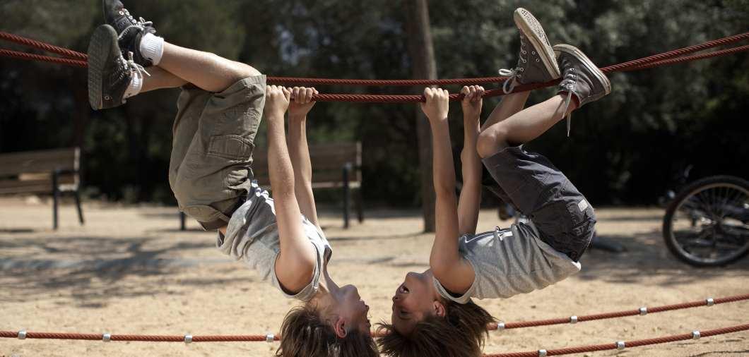 Mädchen spielen auf einem Spielplatz